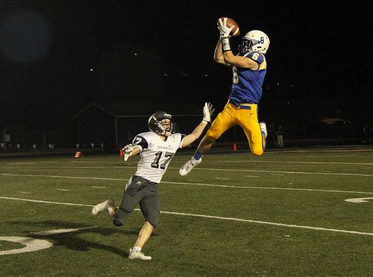 Eagle Point's Noah Page is averaging 27.6 yards per catch this season. (Photo by Marina Garza)